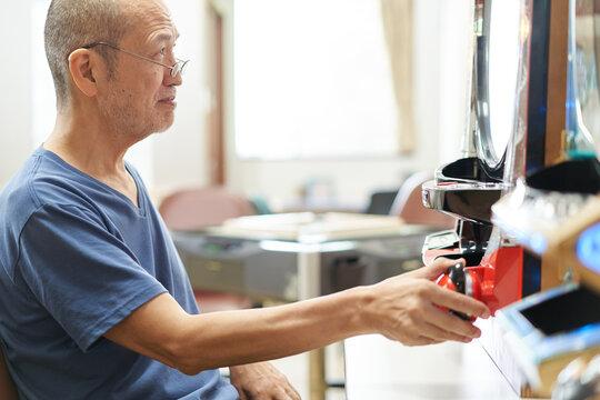 介護施設でパチンコをする高齢者