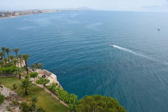 Europe Espagne Peniscola mer océan vacances plages soleil été rocher nautique bateau