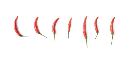 Chilipepers met gesneden rode chilipepers geïsoleerd op een witte achtergrond. Warm en pittig eten. Groente. Kruiden ingrediënt.