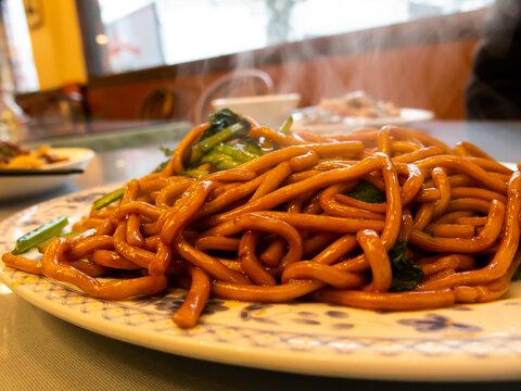 中華街のお店で美味しそうな上海やきそばを食べる