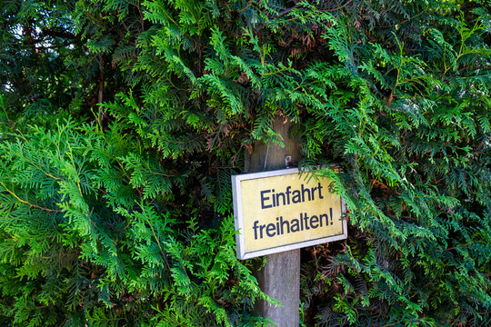 """Ein Schild mit der Aufschrift """"Einfahrt freihalten"""""""