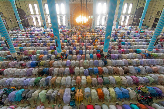 View of several people praying and worshipping in one of the biggest islamic mosque in the world, Dhaka, Bangladesh.