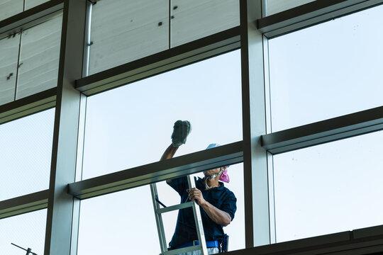 日本 ビルの外窓拭き作業