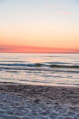 Zachód słońca na plaży w Kołobrzegu.