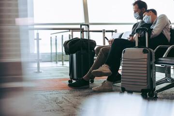 Fototapeta Couple during covid-19 outbreak waiting for delayed flight obraz