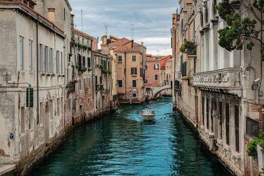Venedig Italien Kanal Sommer 2021 Boot fährt auf Wasser