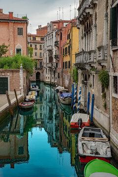 Venedig Italien Kanal Sommer 2021 mit Boten Wasserspiegelung