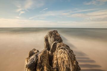 Fototapeta falochron, morze, Bałtyk, Gąski, fale, rozmyte, plaża, wczasy, wypoczynek, niebieski, błękit, niebo obraz
