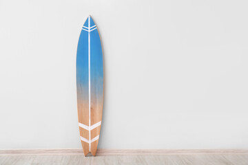 Fototapeta Blue surfboard near light wall obraz