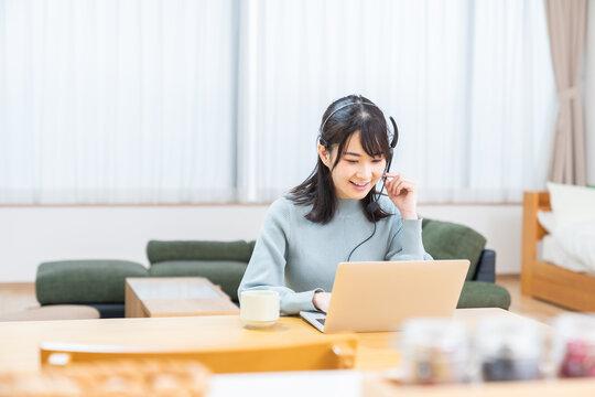 若い女性 パソコン 通信学習