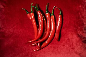 Red hot chili peppers op rood fluweel van bovenaf gezien