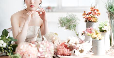 花に囲まれる花嫁 ブライダルイメージ ウェディングドレス