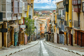 Beroemde straat van Zamora in Spanje met kleurrijke huizen en typische balkons. Castilla Leon.