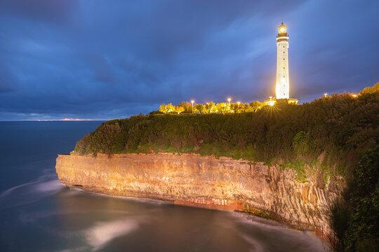 Phare de Biarritz de nuit dans le Sud Ouest de la France