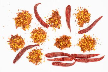 gedroogde rode peper vlokken geïsoleerd op wit, bovenaanzicht