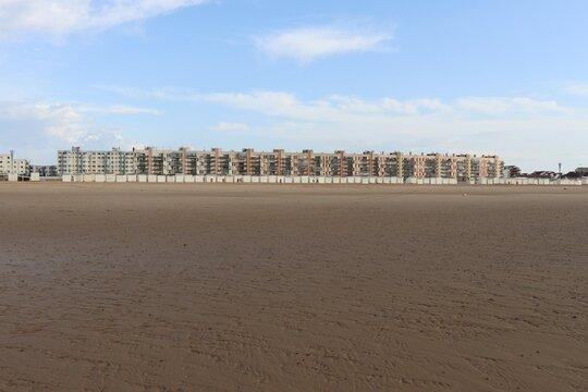 La plage de sable de Calais le long de la mer manche, ville de Calais, departement du Pas de Calais, France