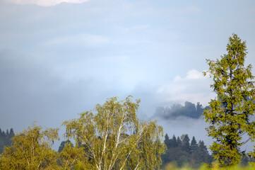 Krajobraz górski z zachmurzonym niebem