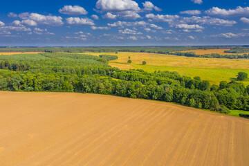 Widok z drona na pradolinę rzeki Bóbr w zachodniej Polsce, w oddali widać zabudowania wsi Miodnica. Widok z drona.