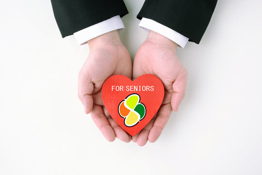 ビジネスマンによる高齢者のヘルプ・サポート・支援イメージ