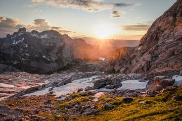 Prachtig landschap bij zonsondergang met de zon schijnt over verre heuvels in Hoher Dachstein, Oostenrijk