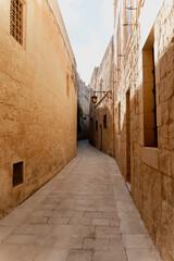 smal steegje in het fort van mdina