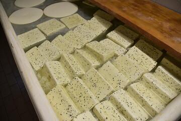 Fototapeta ser, mleczarnia, produkcja serwów,  obraz
