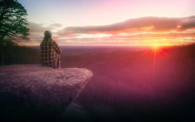 Wandelaar kijken naar de zonsopgang op Rock Ledge