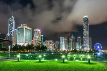 Nachtlandschap van skyline en openbaar park in het centrum van de stad Hong Kong