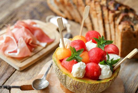 billes de melons , pastèques et mozzarella avec jambon de pays en chiffonnade