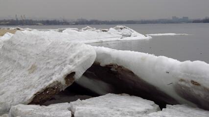 Fototapeta Połamane kawałki lodu przy brzegu rzeki Dniepr, Ukraina obraz