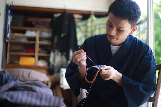 裁縫をする男性