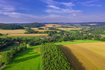 Przedgórze sudeckie. Pola uprawne, łąki i kępy drzew. Widok z drona.