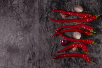 Red hot chili peppers, rode ui en knoflook op een donkere achtergrond