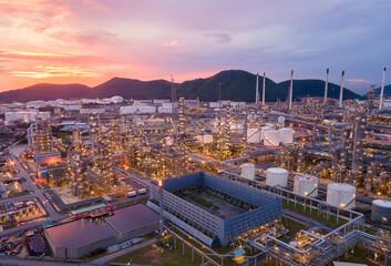 Luchtfoto Olieraffinaderij. Industrieel uitzicht op olieraffinaderij uit industriezone met zonsopgang en bewolkte hemel.
