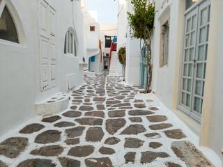 Geplaveide smalle steegje witgekalkte gebouwen Mykonos eiland Cycladen Griekenland.