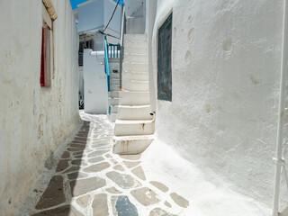 Geplaveide smalle steegje witgekalkte huizen Mykonos eiland Cycladen Griekenland.