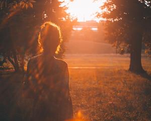 Obraz wieczór zachód dziewczyna kobieta odblaski flary - fototapety do salonu