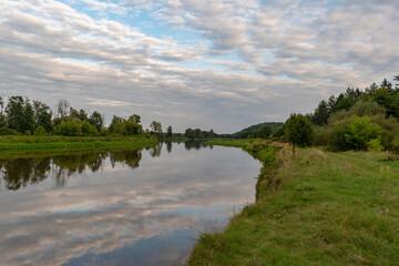 Fototapeta Zakole rzeki bug z zachmurzonym niebem obraz