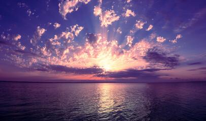Zeegezicht in de vroege ochtend. Zonsopgang boven de zee