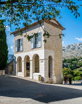 Gourdon surnommée le nid d'aigle se situe dans les Alpes-Maritimes sur la Côte d'Azur.