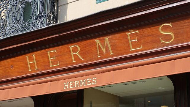 Enseigne de la célèbre marque de mode de luxe française Hermès sur la devanture d'une boutique à Paris – mai 2021 (France)