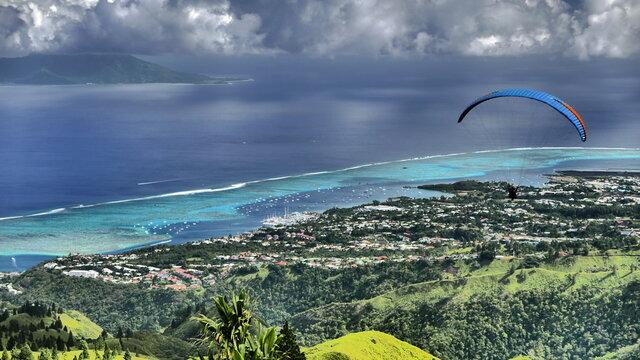 Parapente au dessus du lagon de tahiti