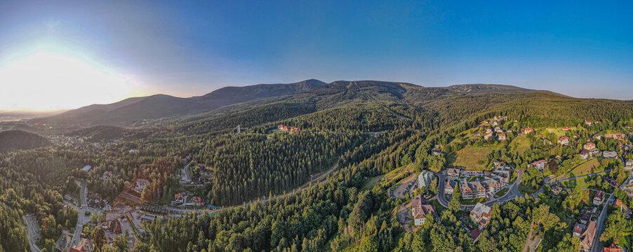 Góry Karkonosze w Sudetach i najwyższy szczyt Śnieżka, Karpacz z lotu ptaka