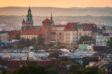 Panorama na zamek królewski na Wawelu w Krakowie o zachodzie słońca z Kopca Krakusa
