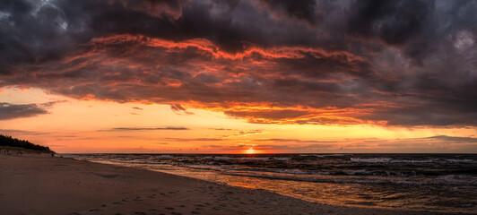 Fototapeta zachód słońca po burzy nad Morzem Bałtyckim na plaży obraz