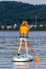Fototapeta Dziewczynka na desce do pływania SUP obraz