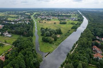 rozwidlenie kanału i rzeki, zielony krajobraz z drona