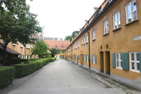 Jakob Fugger stiftete im Jahre 1521 in Augsburg die Fuggerei. Sie ist die älteste bestehende Sozialsiedlung der Welt. Im Jahre 2021 feierte sie ihr 500 jähriges Bestehen.