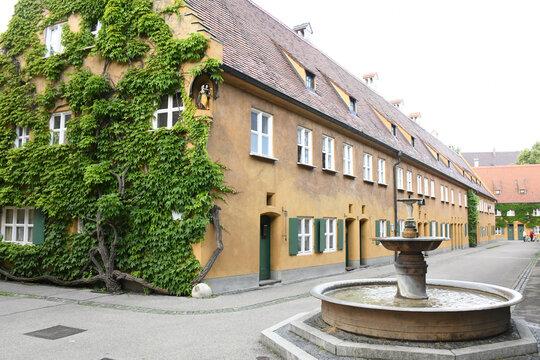 Die Fuggerei in Augsburg wurde im Jahre 1521 von Jakob Fugger gestiftet. Die Reihenhaussiedlung ist die älteste bestehende Sozialsiedlung der Welt. Sie feierte im Jahre 2021 ihr 500 jähriges Bestehen
