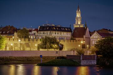 Opole widok Starego Miasta z ratuszem i murami miejskimi nad rzeką Odrą